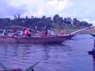 ルワンダ:      Fishing in Rwanda