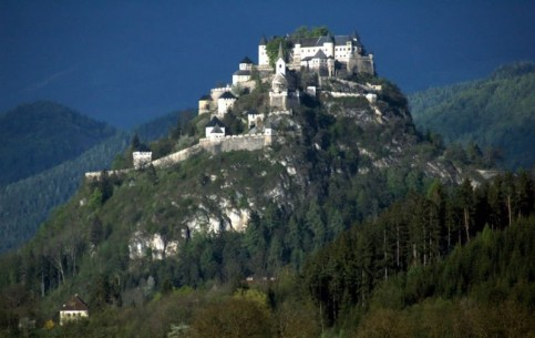 The famous medieval Hochosterwitz Castle, standing on the 160 meters high dolomitic rock above the picturesque valley, is considered to be one of the most beautiful castles in Austria