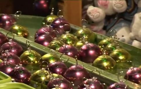 Брюссель:  Бельгия:      Рождественская ярмарка в Брюсселе