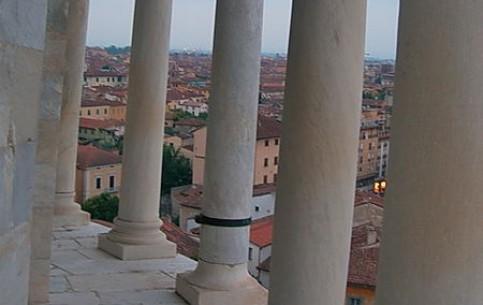 比萨:  托斯卡纳:  意大利:      Climibing the Leaning Tower