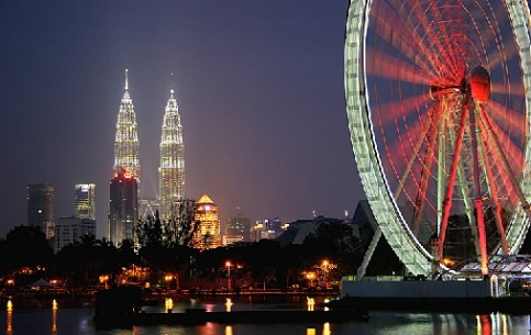 Kuala-Lumpur - Malaysian capital, its financial centre; ultra-modern skyscrapers and ancient asian culture; splendid hotels; 5 big parks.