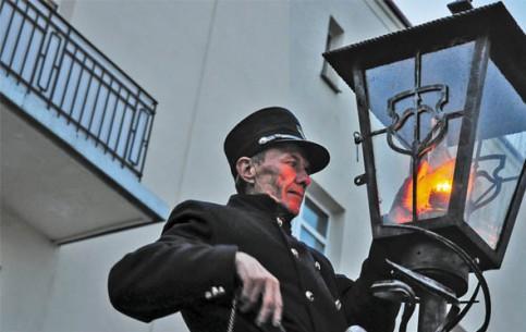 Брест:  Беларусь:      Фонарщик зажигает фонари на Советской
