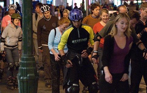 Брюссель:  Бельгия:      Парад роллеров в Брюсселе