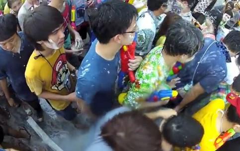 Бангкок:  Таиланд:      Сонгкран в Бангкоке