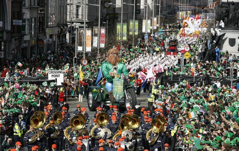 Дублин:  Ирландия:      Празднование дня святого Патрика в Дублине