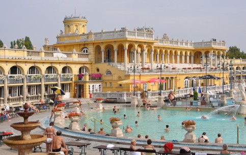 布达佩斯:  匈牙利:      塞切尼温泉浴场