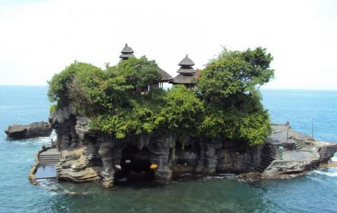 Бали:  Индонезия:      Пура Танах Лот