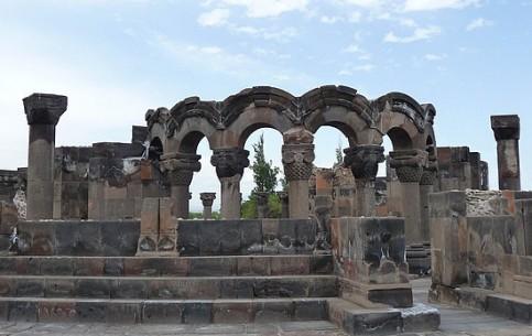 埃里温:  亚美尼亚:      Zvartnots Cathedral